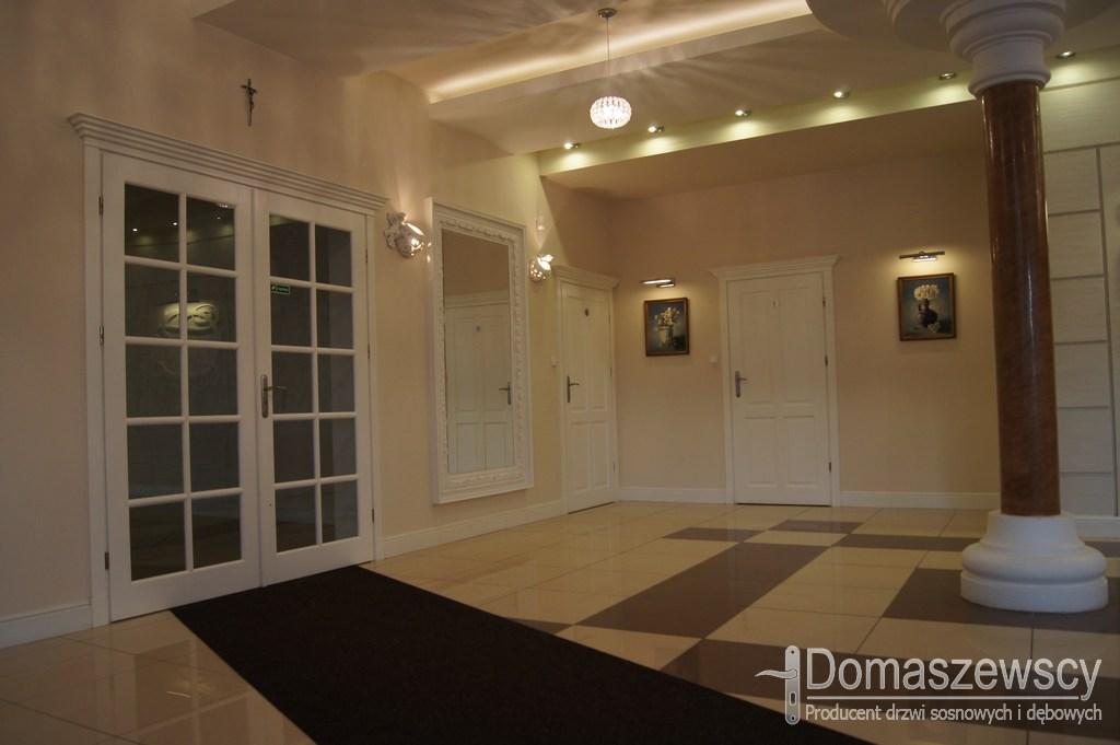 Białe duże i przeszklone drzwi klasyczne oraz pełne drewniane