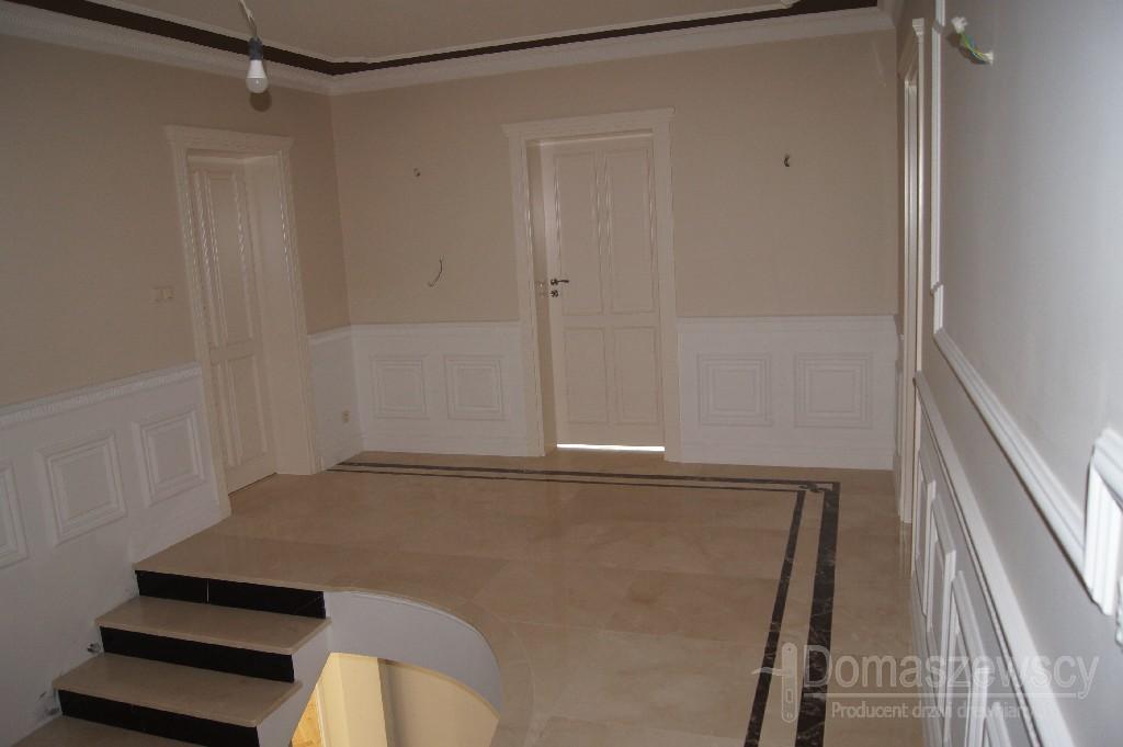 Drzwi drewniane w nietypowym kolorze z palety RAL