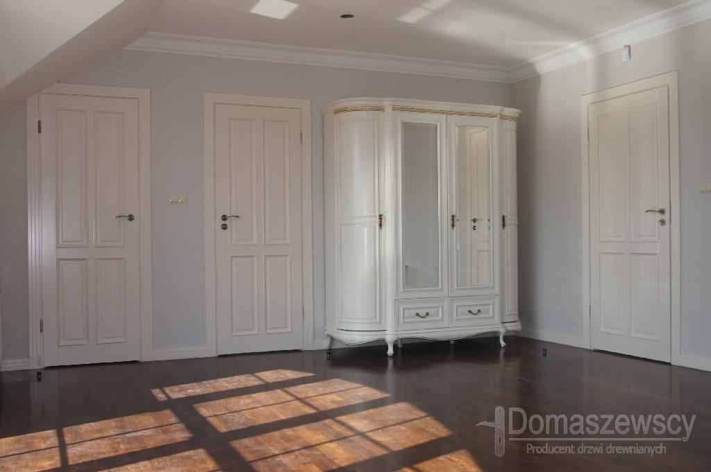 Białe drzwi klasyczne