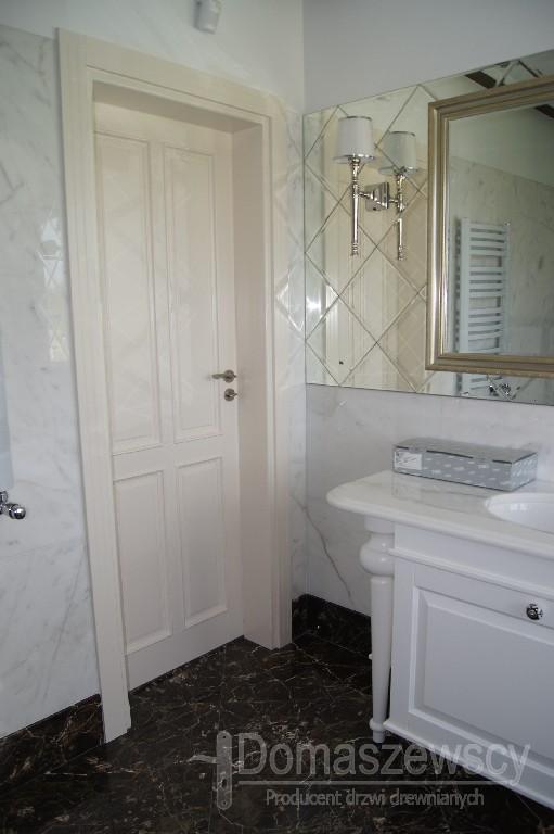 Piękne drzwi klasyczne w jasnej łazience