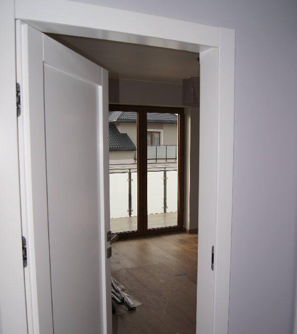 System odwrotnego otwierania drzwi z ukrytymi zawiasami