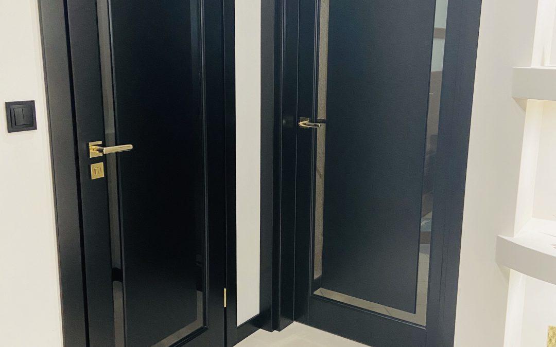 Czarne drzwi w korytarzu